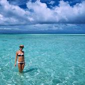 Fotografia donna in spiaggia