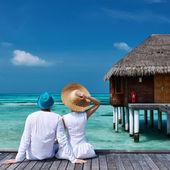 pár na pláži molo na Maledivy