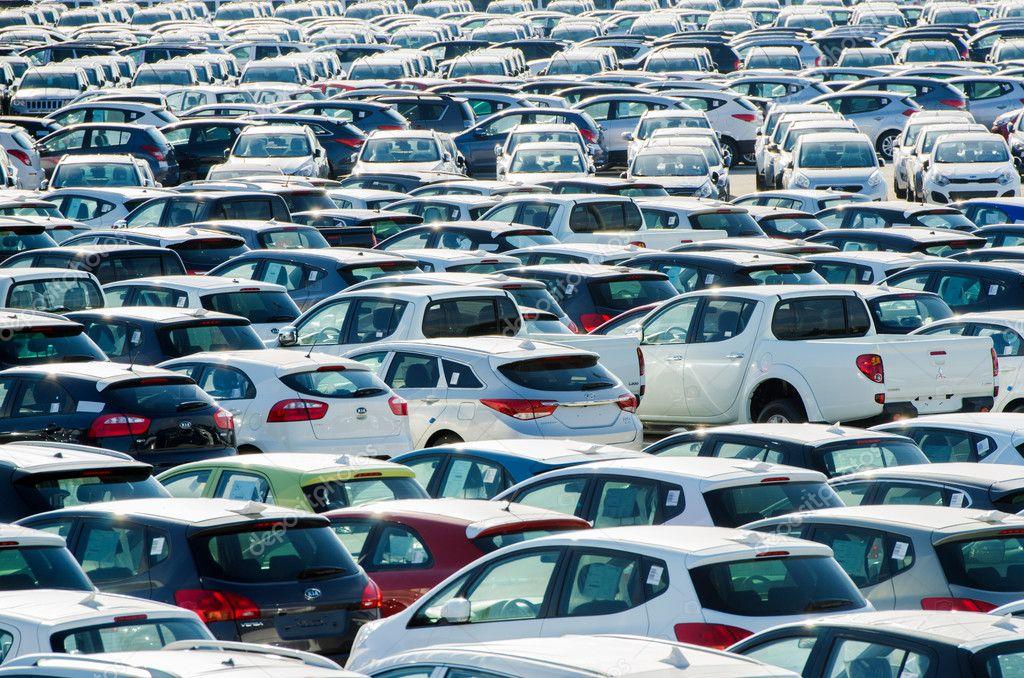 TOSCANA, ITALIA - 27 giugno: Auto nuove parcheggiate presso il centro di distribuzione
