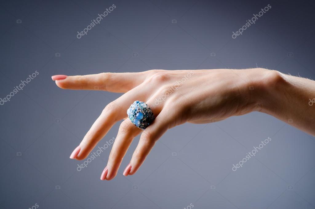 Verlobungsring Auf Der Seite Stockfoto C Elnur 23462404