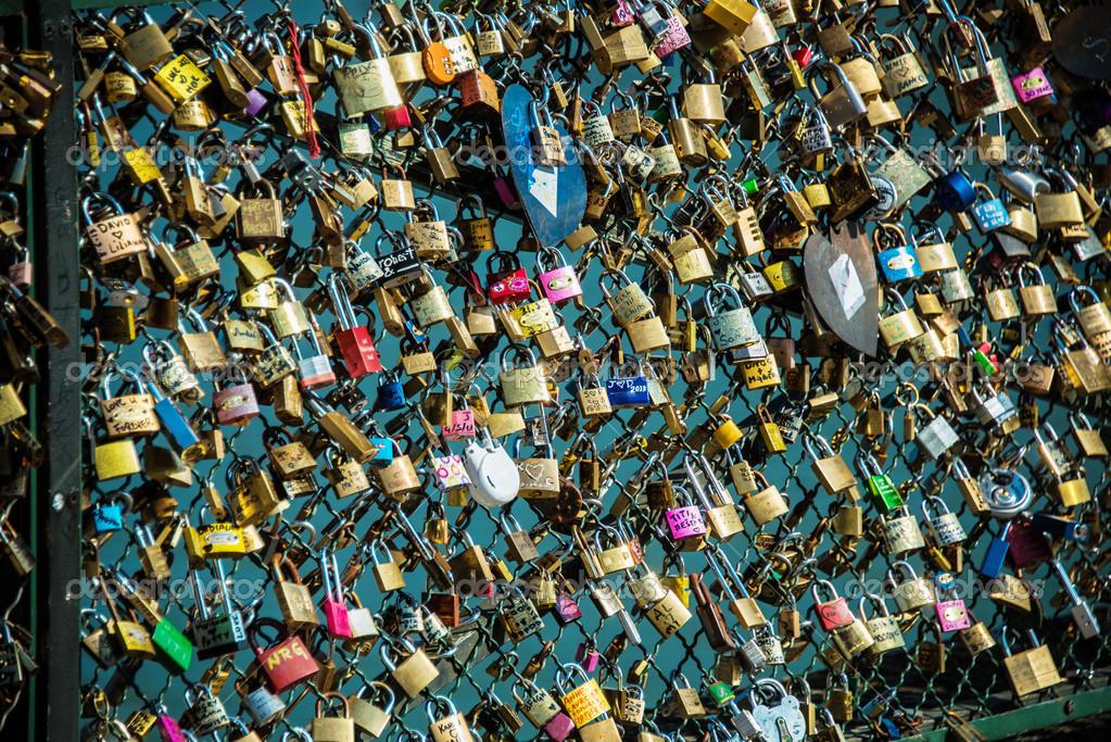 Schlosser Der Liebe An Paris Brucke Stockfoto C Elnur