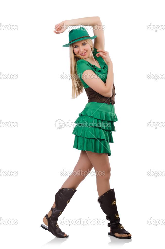 Девушки в зеленой форме танцуют
