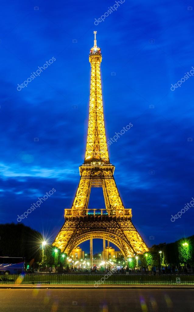 Torre Eiffel en París — Foto editorial de stock © Elnur_ #47293633