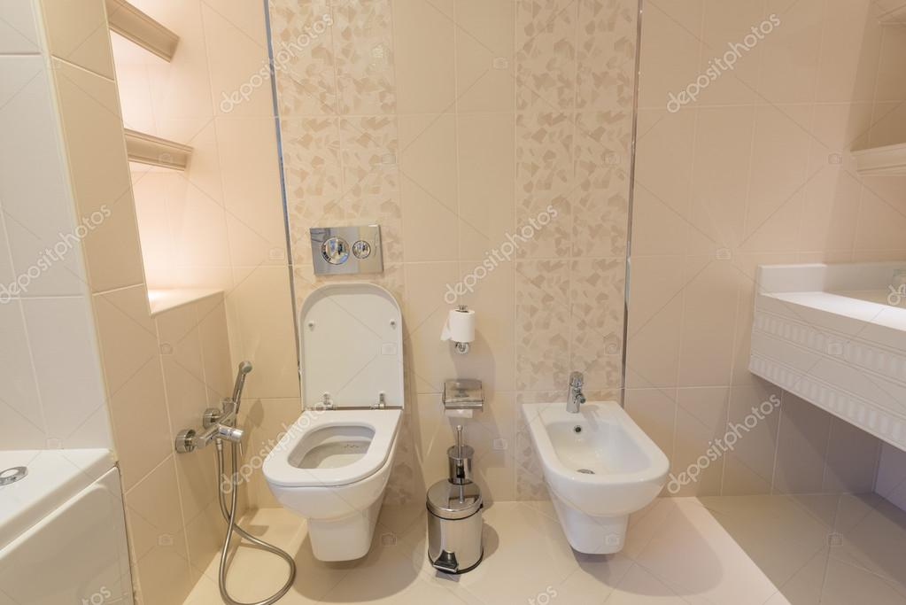 salle de toilette l 39 int rieur moderne photo ditoriale elnur 51326953. Black Bedroom Furniture Sets. Home Design Ideas