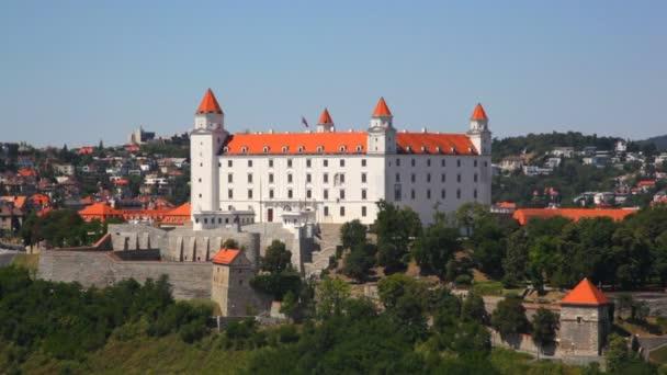 Bratislavský hrad na kopci v létě
