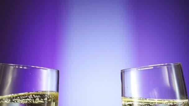 Champagner-Flöten vor festlichem Hintergrund