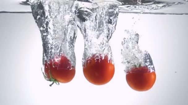 čerstvé rajče, spadl do vody s bublinami