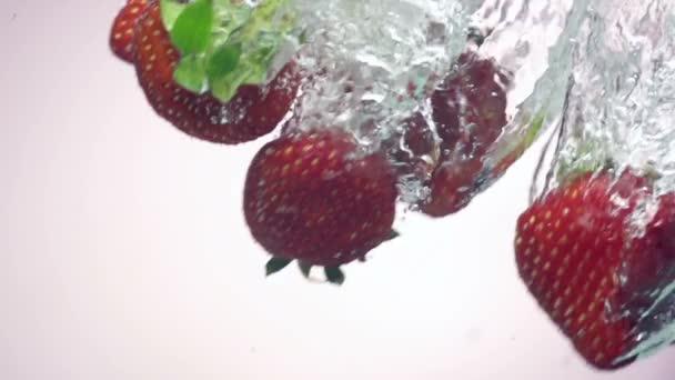 čerstvé jahody, spadl do vody s logem na pozadí