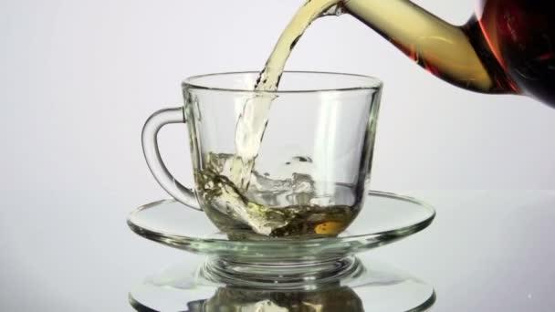 čaj nalil do šálku čaje