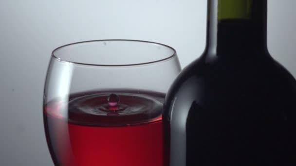 Lét cseppent levegőbe üveg vörösbor
