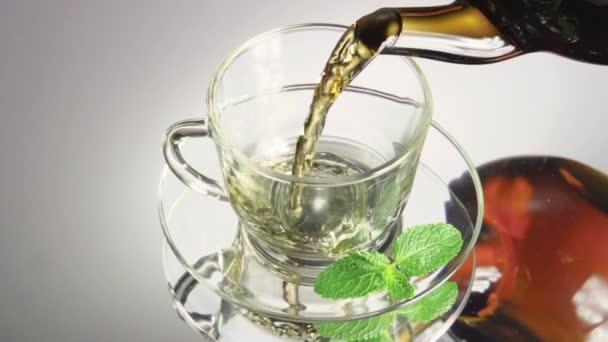 Üvegteáscsészébe öntött tea
