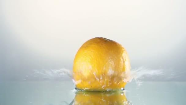 oranžová stříkající do vody