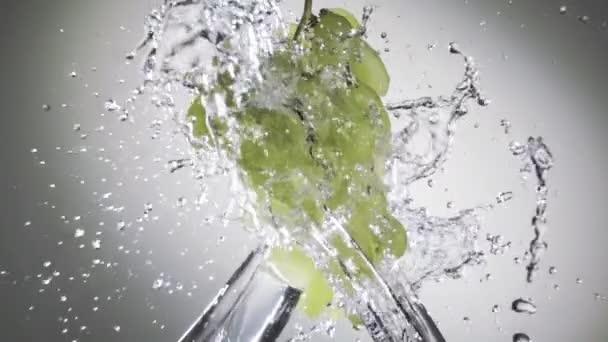 hrozny ve vodotrysku