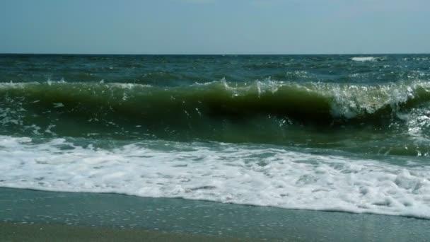 Mocné vlny tříštící se o pobřeží