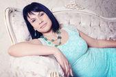 žena leží na luxusní sofa