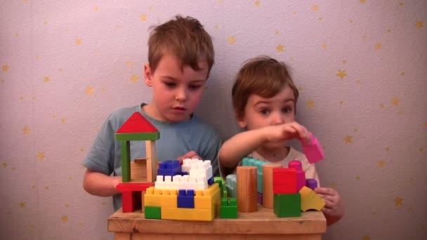 děti hrají hračky cihla