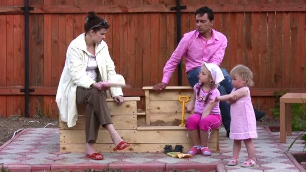 rodiče s dvěma dětmi, venkovní