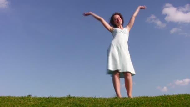 Táncoló lány réten