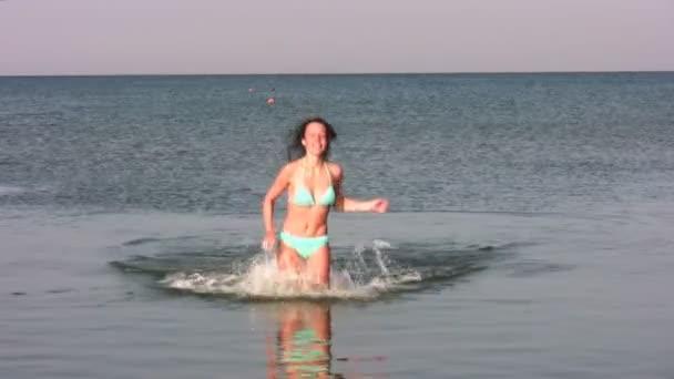 žena běží ve vodě