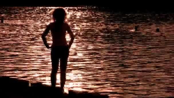 silueta ženy na vodu sami