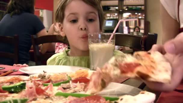 matka s dívkou a pizza