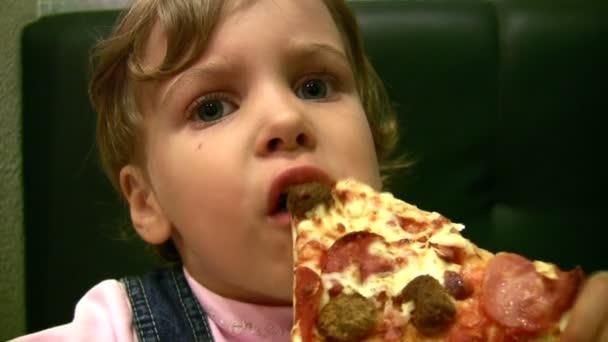 malá holčička jíst pizzu