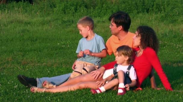 famiglia di quattro su erba