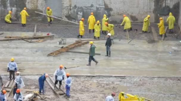 Arbeiter unter Regen