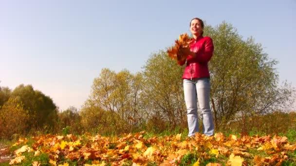žena Hoď podzimní listí.
