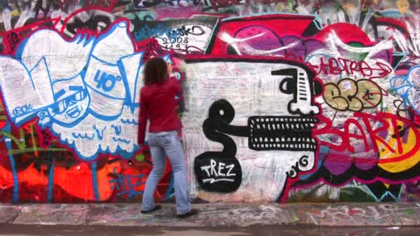 žena a graffiti.