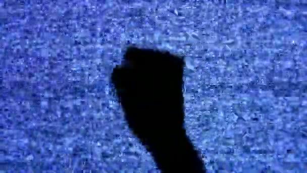 ököllel, kéz, a tv-képernyőn.