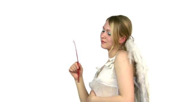 gondolkodás angyal nő a szárnyak és a toll a kéz.