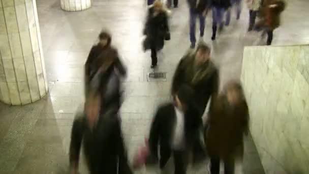 Bewegung verschwimmt beim Gehen. U-Bahn. Zeitraffer.