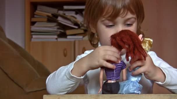 holčička s panenkami