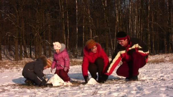 famiglia di quattro giocando a winter park