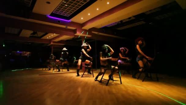 dívky tančí v kovbojské klobouky