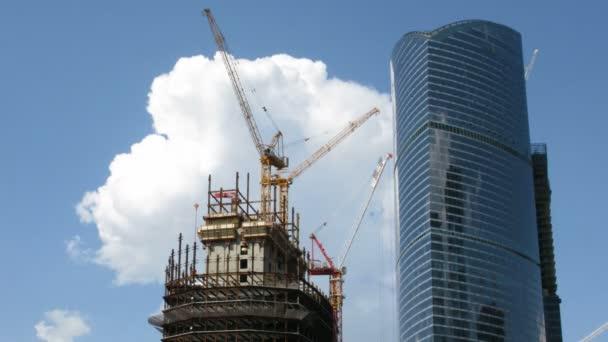 Bau eines modernen Wolkenkratzers auf Himmelshintergrund