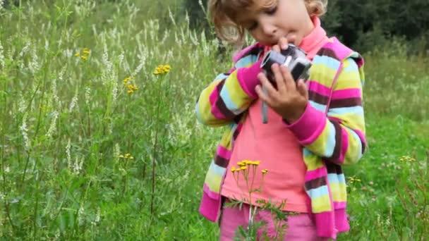 holčička s fotoaparátem venkovní