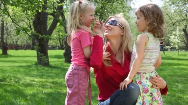 Ma und Mädchen im Park