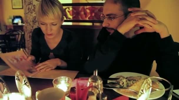 muž a žena se v menu restaurace