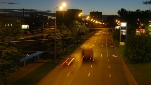Autobahn in der Stadt am Abend