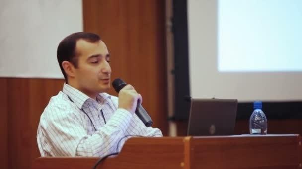 Fotografie Porträt von Männern sprechen durch ein Mikrofon im Konferenzsaal