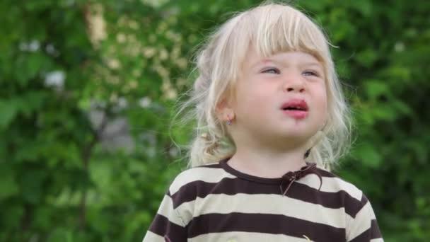 malá holčička použitím make-upu a usmívá se