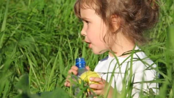 dívka pitnou vodu z lahve a jablko