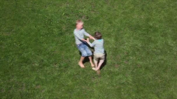 dva chlapci hrají