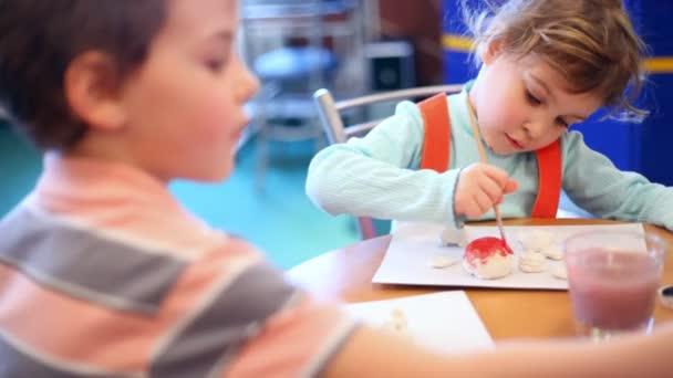 dvě děti malování
