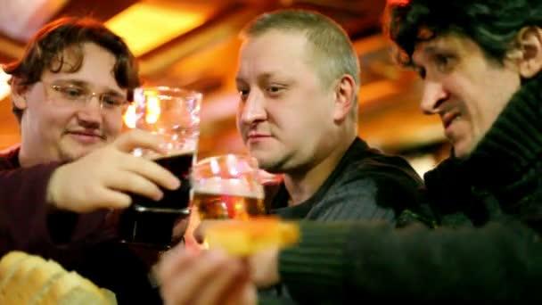 Három mans clink szemüveg és sört igyanak