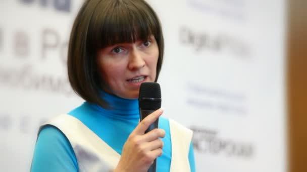 Fotografie close-up Portrait von Frau sprechen durch ein Mikrofon im Konferenzsaal