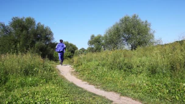 muž zase modrá posilovna obleky vede vpřed a zpět na lane v parku