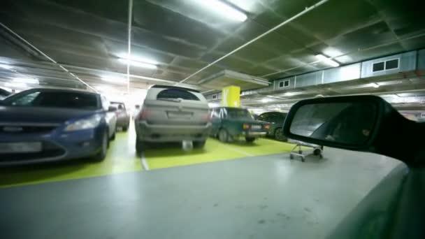 řídit auto v podzemní parkoviště, pohled ze strany okna